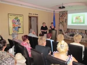 Наталія Герасименко та Алла Соловей ведуть бесіду з клієнтами